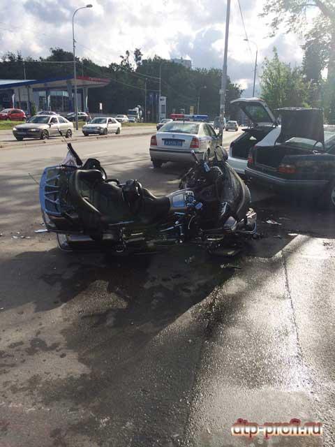 Сальто мотоциклиста на капот автомобиля